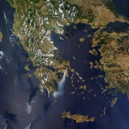 EN BREVE VUELO HACIA UNA GRECIA ANTIGUA // El viajero que llega de occidente en viaje aéreo y con destino a Atenas sobrevolando el golfo de Corinto se puede percatar en un instante del carácter del paisaje griego; de la íntima penetración del mar en tierra a causa de una costa accidentada. Las montañas no son muy elevadas; al norte la más alta es el Olimpo, la inefable morada de los Dioses y… (Ver más ➦)…