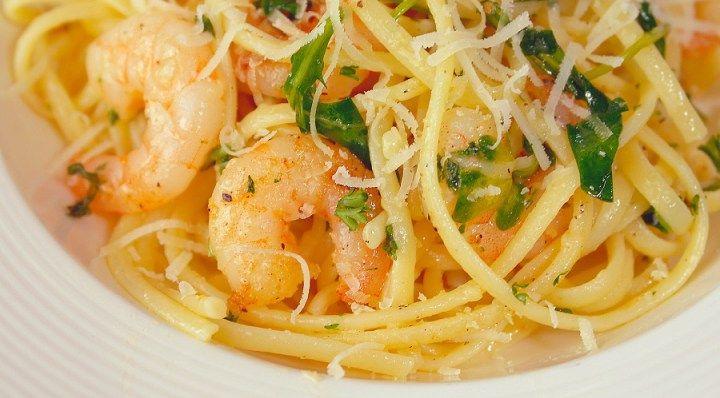 Dit is pasta zoals pasta hoort te zijn.... Simpel, snel klaar en onvoorstelbaar lekker! Pasta moet je gewoon zo eenvoudig mogelijk houden.
