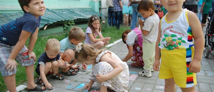 People gather outside an office of the Russian federal migration service, with children seen playing in the foreground, in Belgorod, June 9, 2014. People, many of whom claimed they had recently arrived from Ukraine and called themselves Ukrainian citizens, came to the office of the service to receive the refugee status, according to those present. The Russian Belgorod region shares borders with districts of eastern Ukraine. REUTERS/Vladimir Kornev (RUSSIA - Tags: POLITICS CIVIL UNREST…