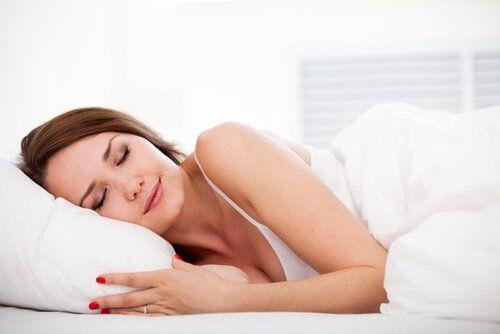 Mujer descansando en su cama