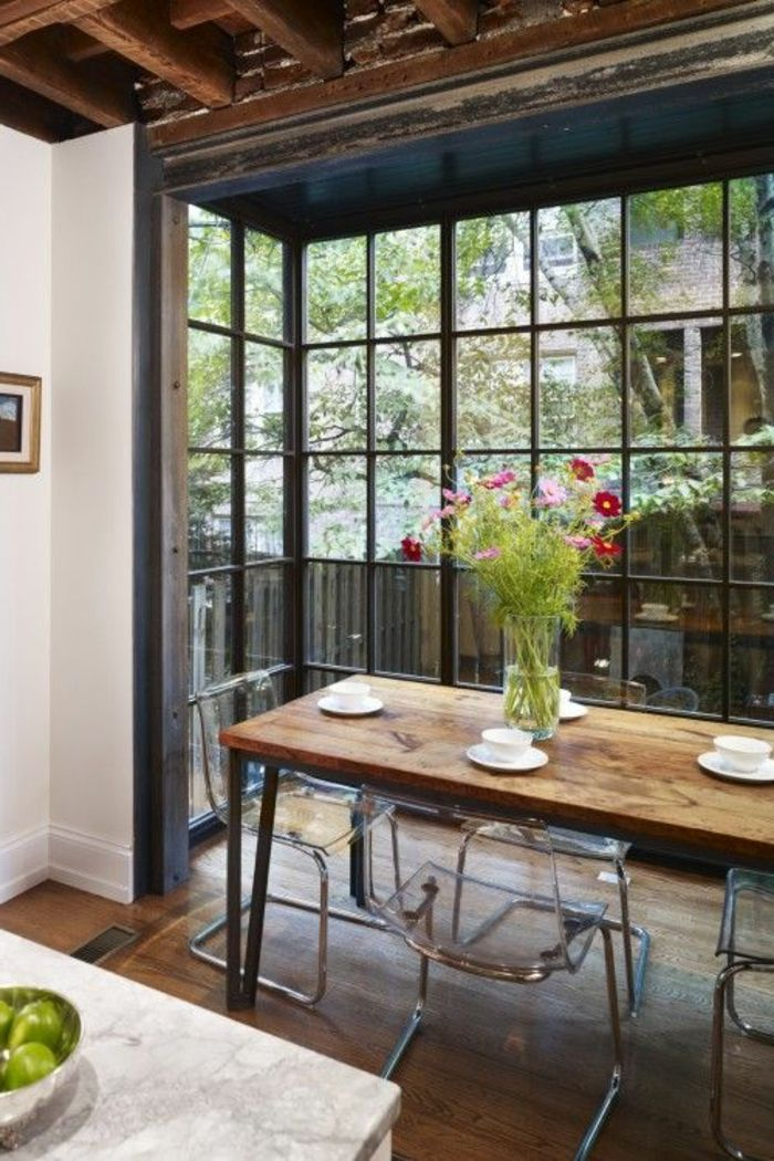 petite cuisine ouverte avec table en bois massif   American style open kitchen   beautiful glass exterior wall
