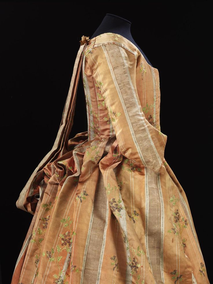 Robe à la piémontaise, 1770′s From the V&A