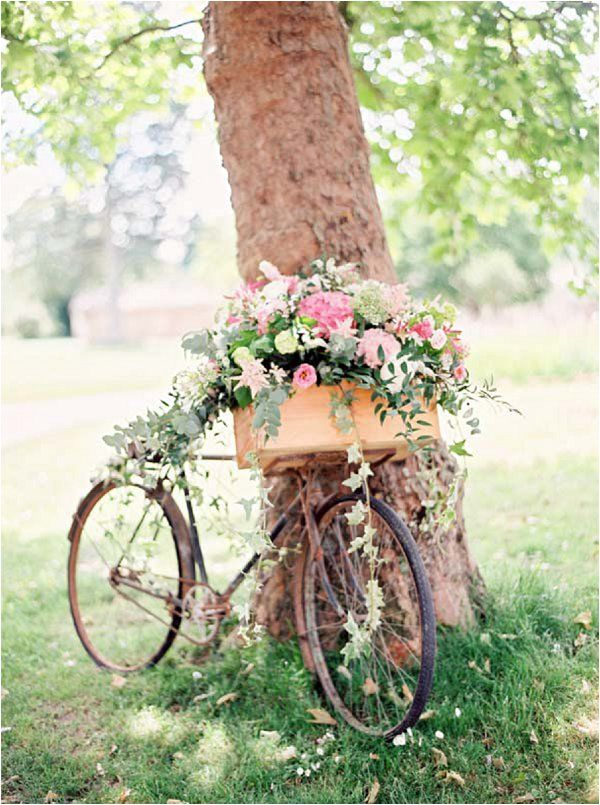 Rustic bike decorations | Image by Caught the Light, see more http://goo.gl/jLBrhF