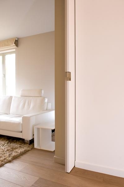 deur in de wand, uitgevoerd met speciale RVS deurgreep waarmee schuifdeur vanaf kopse zijde uit de wand kan worden getrokken. Mooi en ruimtebesparend