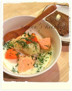 楽天が運営する楽天レシピ。ユーザーさんが投稿した「フィンランドの名物◎サーモンのクリームスープ♪」のレシピページです。☆完全な手順写真付き☆ フィンランド料理と言えば「Lohikeitto」(サーモンスープ)!シンプルなのに、ほっこりと温まります♡ 1回食べたらハマりますよ〜。サーモンと根野菜のクリームスープ ロヒケイット。じゃがいも,人参,玉ねぎ,刺し身用サーモン,水,魚のブイヨン(粉末),ローリエ,オールスパイス,生クリーム,塩