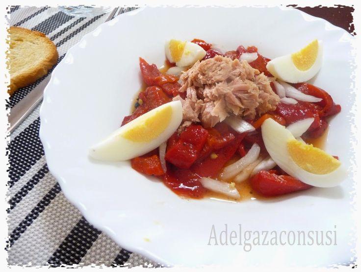 Ensalada de pimientos con atún y huevo.(1/2)   Cals: 182kcal | Grasa: 7,74g | Carbh: 17,26g | Prot: 13,25g    Esta receta es muy sencilla...