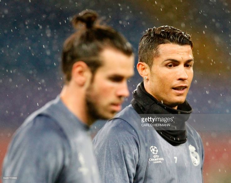 Real Madrid's Portuguese forward Cristiano Ronaldo (R) and Real Madrid's Welsh forward Gareth Bale attend a training session under heavy rain on the eve of the Champions League football match Napoli vs Real Madrid on March 6, 2017 at the San Paolo stadium in Naples. / AFP PHOTO / CARLO HERMANN        (Photo credit should read CARLO HERMANN/AFP/Getty Images)