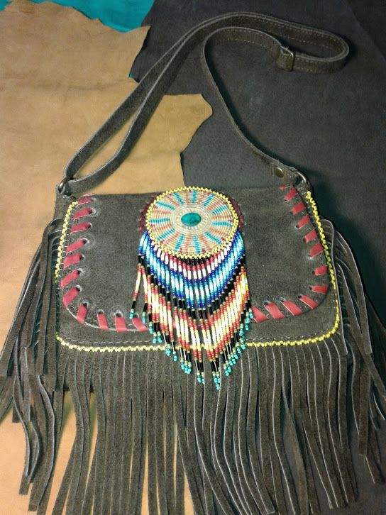 bolso cuero y chaquira makrama