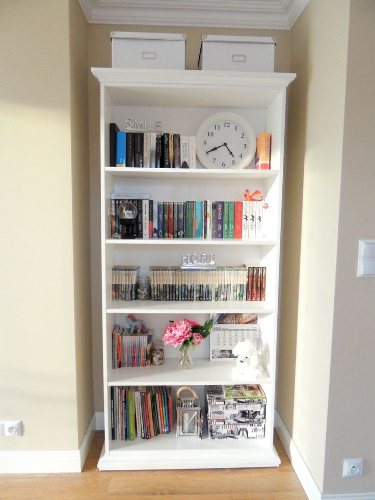 teenage room / white bookcase