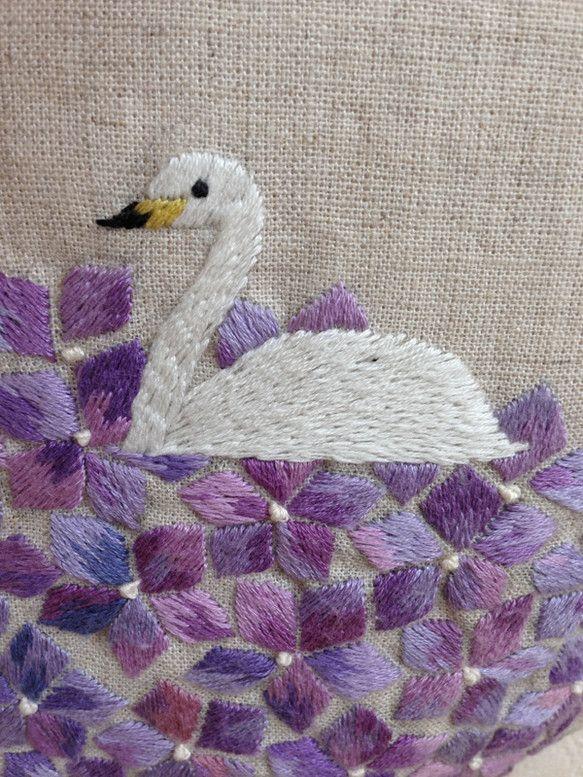 紫陽花の湖に浮かぶ白鳥の刺繍をしました。サイズ たて 295mm × よこ 250mm (持ち手含まず) マチ なし ...|ハンドメイド、手作り、手仕事品の通販・販売・購入ならCreema。