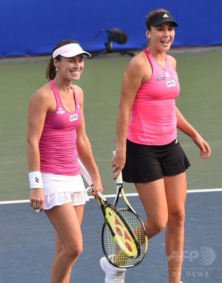 女子テニス、東レ・パンパシフィック・オープン(Toray Pan Pacific Open 2014)ダブルス1回戦。試合に臨むマルチナ・ヒンギス(Martina Hingis、左)/ベリンダ・ベンチッチ(Belinda Bencic)組(2014年9月16日撮影)。(c)AFP/Toru YAMANAKA ▼17Sep2014AFP|ヒンギスとベンチッチの夢のペアが初戦突破、パンパシフィック・オープン http://www.afpbb.com/articles/-/3026087