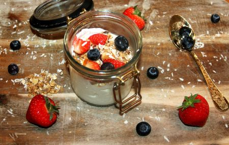 Homemade granola with greek yoghurt. Recipe on www.zahlmagazine.com  #granola#breakfast#greekyoghurt