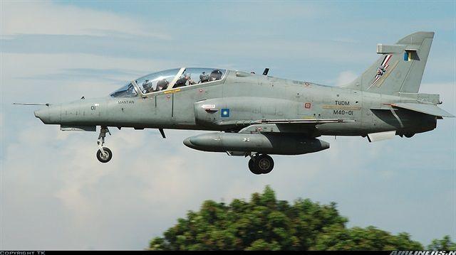 Malezya Hava Kuvvetleri, orduya ait bir savaş uçağının hava üssüyle irtibatının kesildiğini açıkladı. Uçakta kaç kişinin bulunduğu hakkında net bir bilgi yok.