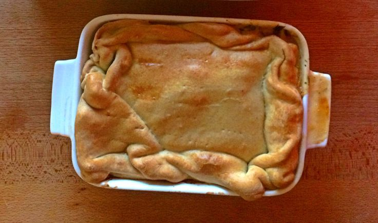 This pie even that it comes from Alentejo it eaten a little bit all over Portugal. The original version uses lard and it's made in individual format. There is different ways to do it, this one even...