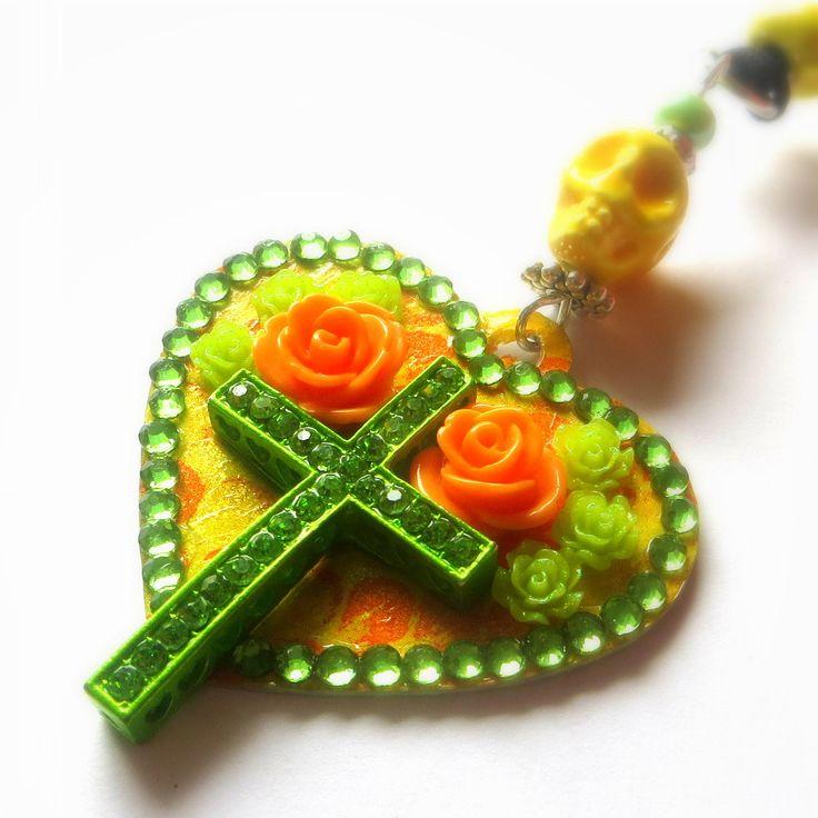 pendentif cœur façon Dia De Los Muertos, croix strass, tête de mort jaune fluo, roses oranges et vertes de la boutique Lillirock sur Etsy