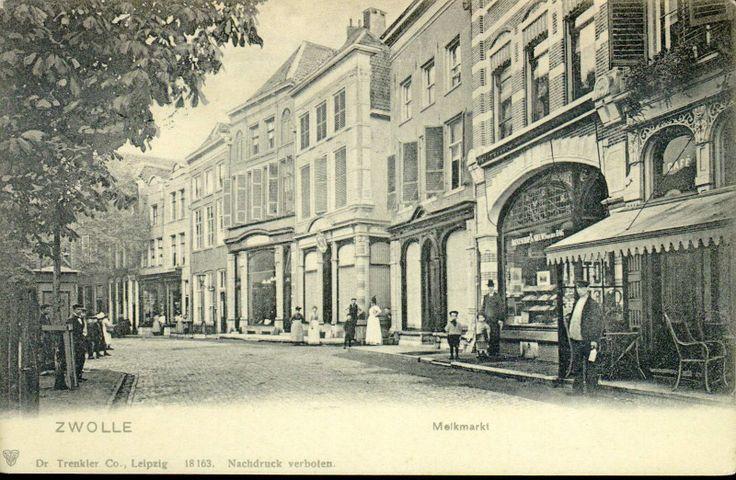 Gezicht op de noordzijde van de Melkmarkt, ca. 1905. Te zien zijn de panden met de nrs. 20-34.