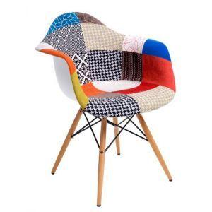 Patchworkowa wersja krzeseł Creatio. Małe kawałki materiału o podobnych kształtach tworzą siedzisko krzesła. Podstawa wykonana jest z drewna bukowego. Patchwork, colorfull chair, armchair.