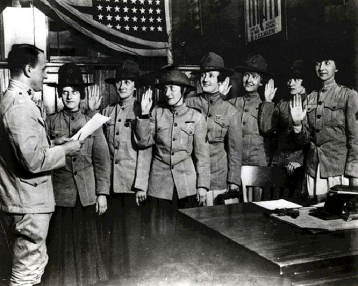 Одни из первых женщин, присягнувших в корпус морской пехоты.