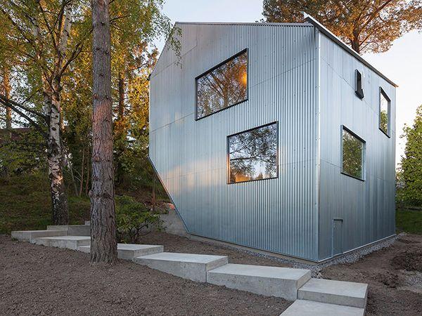 Частный дом Happy Cheap! расположен в пригороде Стокгольма и имеет необычную форму. Его внешний фасад оформлен гофрированными железными листами, а внутри большая часть стен, потолков и полов выполнена из окрашенной фанеры....