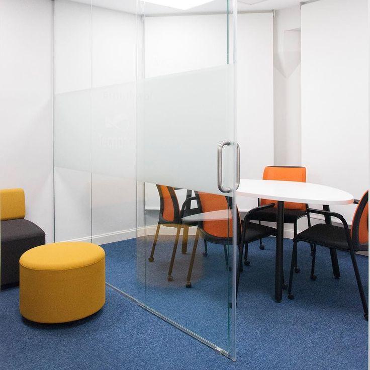 Nueva sala de reuniones acristalada. . New glazed meeting room. . #proyecto #interiorismo #arquitecturadeinteriores #diseñointerior #decoracion #contract #interiordesign #workspace #meetingroom #saladereuniomes #seating #furniture