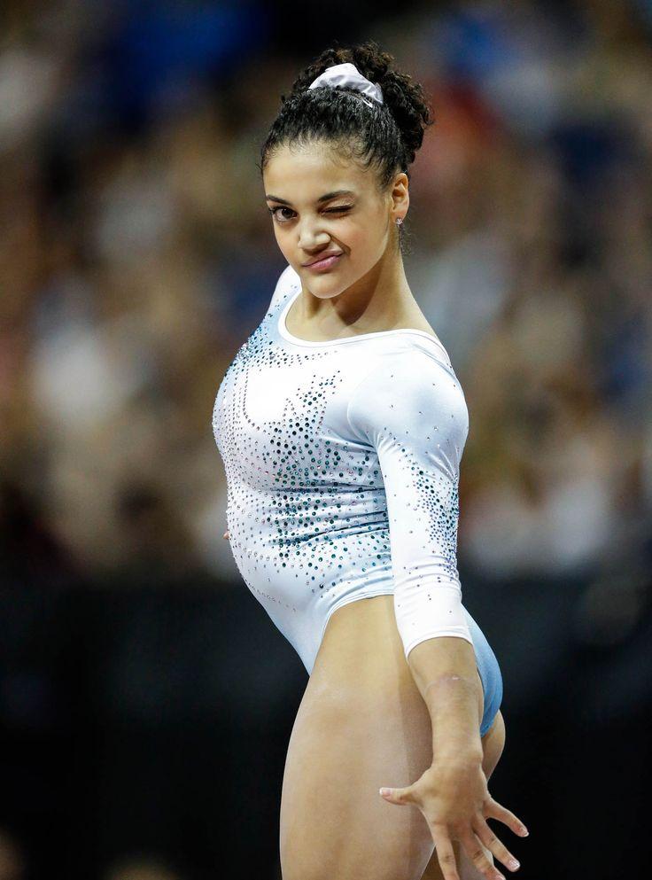 Laurie Hernández saludando durante su ejercicio de rutina (© AP Images)