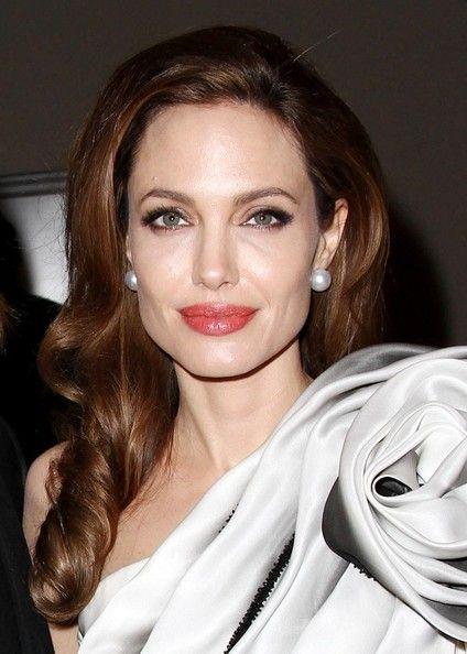 Angelina Jolie - Looks e Vestidos para Arrasar http://www.motherofthebride.com.br/2013/01/angelina-jolie-looks-e-vestidos-para.html