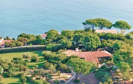 Villa Marghe  Dit mooie stenen huis op een overwegen met gras bedekt grondstuk van 6000 m3 gelegen op een schiereiland ligt op ongeveer 25 km ten zuidoosten van Olbia. Het biedt een rustgevend uitzicht op van het platteland tot aan de zee. De zee ligt op 150 m afstand en is gemakkelijk te voet bereikbaar langs een pad van ongeveer 300 meter lang. Dit idyllische pad slingert door de typische 'maquis' met mediterrane vegetatie en leidt tot 'Lu Impostu' één van de mooiste stranden in de…