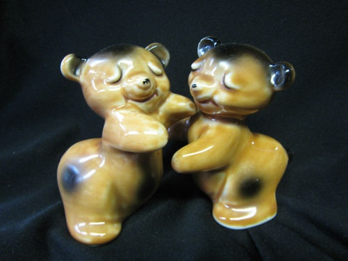 17 best images about salt and pepper shakers on pinterest vintage twins ceramics and salt - Salt and pepper hug ...
