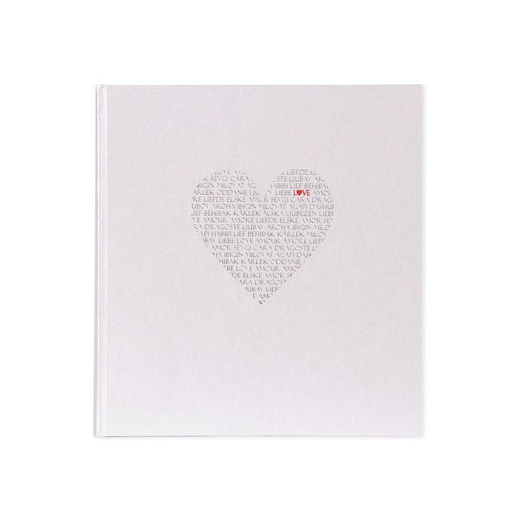 Sublime album de mariage, sa couverture blanche est imprimée d'amour et sertie d'une gravure rouge et argentée. Pour garder ses magnifiques souvenirs en lieu sûr, des pages intermédiaires en parchemin sont intégrées aux 60 pages de papier cristal blanc. Un album de rêve pour une journée de rêve!Couverture et pages: blanc, papier cristal blancDimensions: 30 x 31cm (11,8 x 12,2po)