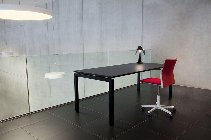 Met een zwart bureau en zwevend blad kies je voor een tijdloos bureau dat mooi staat in elke omgeving.