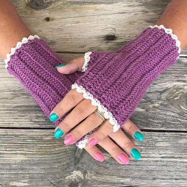 Warm wristers for autumn  #crochet_millan Design Pattern in my blog  Happy craft day Yarn: Moshi from @svartafaretab