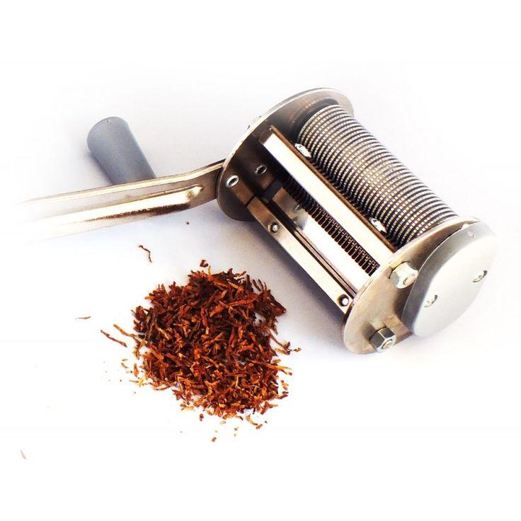 Masina de taiat frunze tutun si plante aromatice - taie la aproximativ 0.8 mm; lungime tamburi (cilindrii): 7 cm; tamburii si pieptenii - aluminiu. Detalii si comenzi: www.tuburipentrutigari.ro
