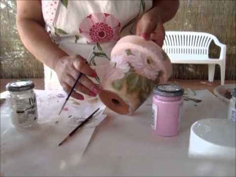 Seguendo questo video imparerete a decorare un vaso di coccio, utilizzando la tecnica del decoupage. Il materiale necessario per poter realizzare questa decorazione è il