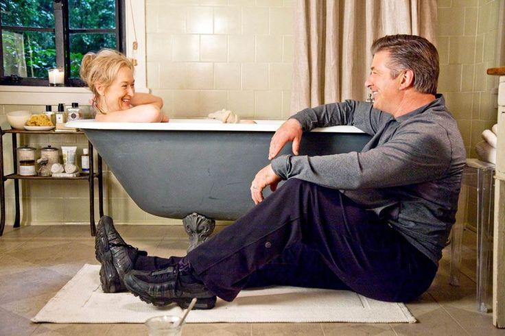 Фильм «Простые сложности». Героиня Мерил Стрип нежится в ретро-ванне 🛀 на фигурных лапах-ножках. Изящная ванна выкрашена в серый цвет.  Обращайтесь :)  #мерил_стрип #алек_болдуин #ванная_знаменитостей #plitka_ua