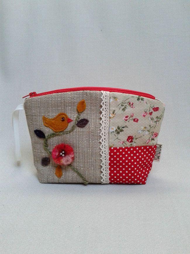 Nemez #virág és #kismadárka díszíti ezt a szép #neszesszert. Kisebb táskákban táskarendezőként szolgál.