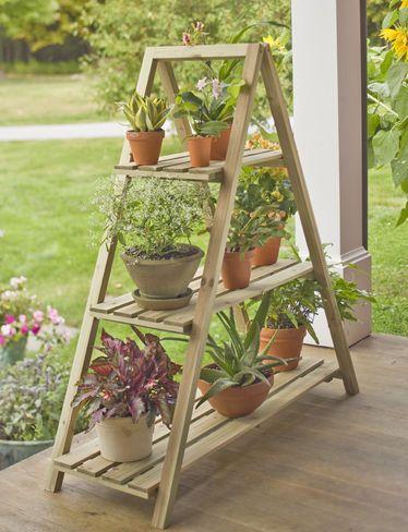 Escada de madeira com madeiras para colocar potes de flor