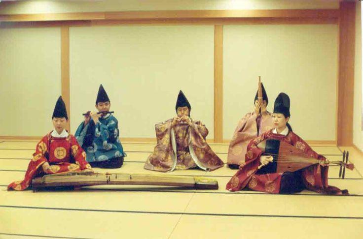 Gagaku-hovimusiikkibändi. Edessä vasemmalla jättikoto, oikealla biwa. Takana huiluja, oikealla feenikspilli sho.