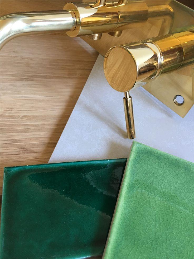 Bad. Lys flis til gulv og vegg, en endevegg m grønne fliser, servantskap i bambus fra Ask&Eng, armaturer i messing fra Tapwell