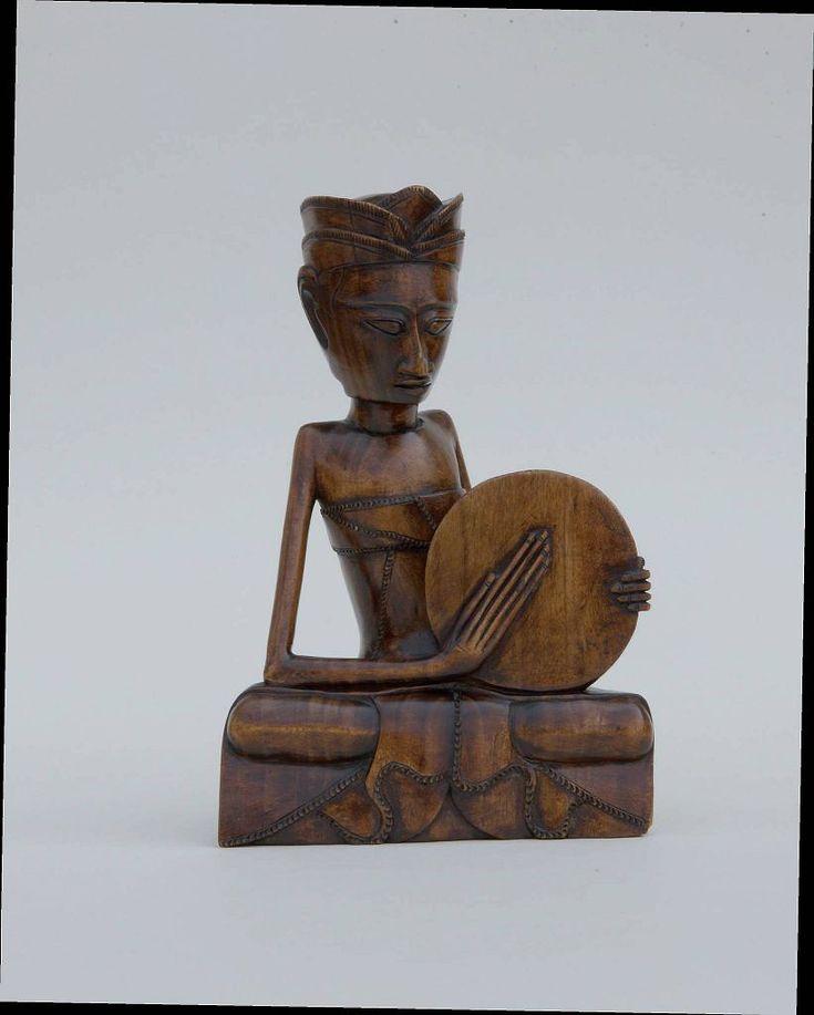 'Siedzący mężczyzna z bębnem', anonimowy rzeźbiarz balijski, ok. 1930. Wystawa 'Magia i sztuka Bali'.