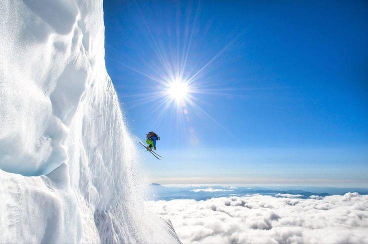 Bon Dia Nuevo 2017! | Qué mejor que despertar pegar un salto y empezar con energía este nuevo número. Estamos de entrenazo! (tras la foto hay una historia triste y mi homenaje va para él: Adam Roberts) | Fot.: Jason Hummel #esqui #ski #nieve #snow #salto #jump #hielo #ice #glaciar #glacier #sol #sun #monte #mount #adams #adamroberts