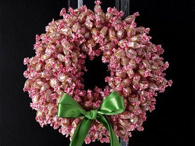corona de navidad hecha con caramelos