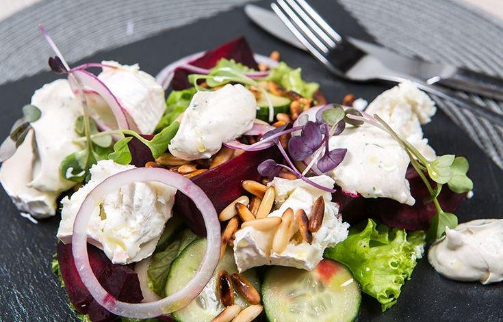 Punajuuri-vuohenjuustosalaatti sopi niin juhlapöytään alkupalaksi kuin lounaaksikin! #cremebonjoursuomi #punajuuri #tuorejuusto #lounas #vuohenjuusto #punajuurisalaatti #vuohenjuustosalaatti www.cremebonjour.fi