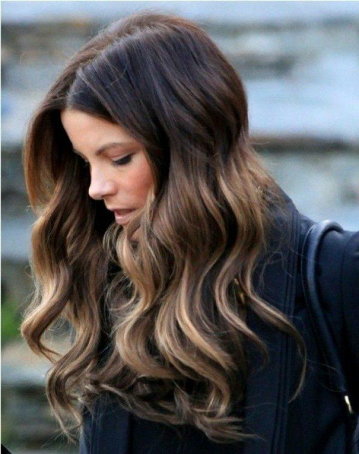 cheveux longs chatain clair, coloration chocolat avec reflets en blond, coupe de cheveux mi long