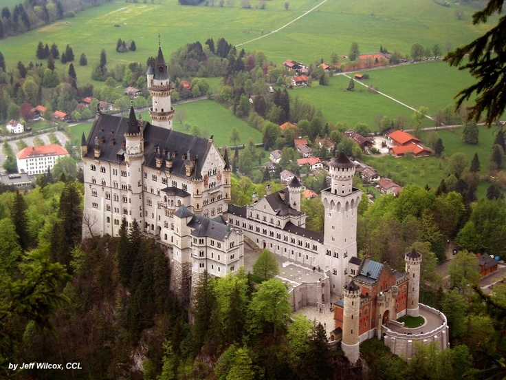 004 Schloss Neuschwanstein Zu Fussen Von Schloss Neuschwanstein Liegt Hohenschwangau Bei Fussen Deutschland Burgen Neuschwanstein Beruhmte Schlosser