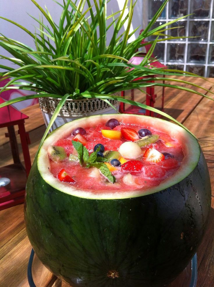 organizar e festejar: Salada de frutas na melancia com mel e  hortelã. Uma sobremesa para saborear bem fresca