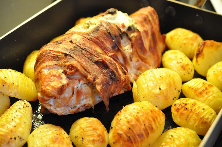 Kalkunsteg med bacon og hvidløgsfyld - hertil hvidløgsbagte gulerødder og baconstegte hasselbagte kartofler. Falder du en dag tilfældigvis over et billigt kalkunbryst (nogen gange kan de fås for 50 kr pr. kg), har du en pakke bacon og en rest smøreost i køleskabet? Så kan