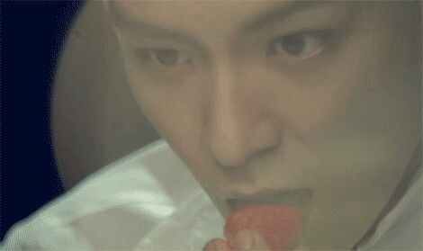 TOP EATING A STRAWBERRY mmm. (ˉ﹃ˉ) <3