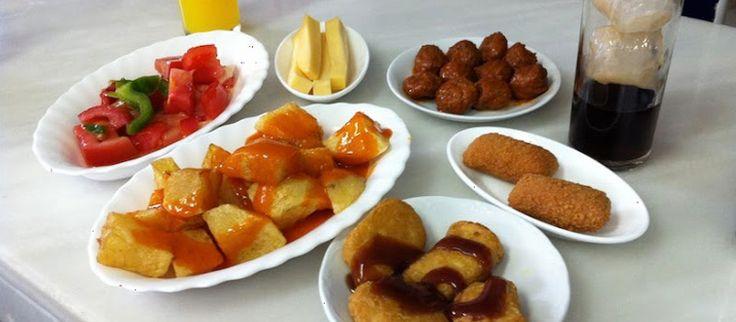 Si te encanta ir de tapas pero sufres cuando te traen sólo unas patatas fritas con tu caña, descubre aquí los 25 bares más generosos de tapas de Madrid