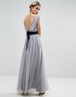 Vestido largo de malla con detalle de cinta azul marino de ASOS WEDDING