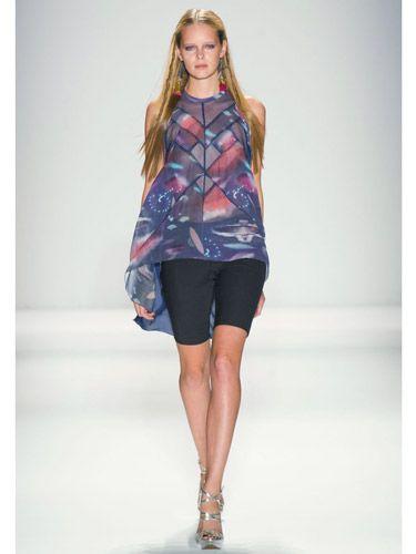 BERMUDA ŞORTLAR     Bu bahar, diz hizasında veya dizimizin birazcık üzerinde bermuda şortlar çok moda!    Günlük giyiminizde kullanımı oldukça rahat bir giysi olan bermuda şortlara sık sık yer verebilir, kombine edeceğiniz şık bir ceketle dikkatçekici takım elbiseler yaratabilirsiniz.